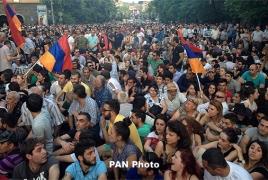 В Ереване, недалеко от резиденции президента Армении, проходит сидячий пикет против повышения тарифов на электроэнергию