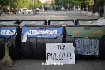 Electric Yerevan: Police urge for removal of barricades