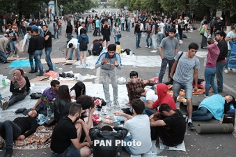 Police clear Yerevan's Baghramyan ave. from protesters, garbage cans