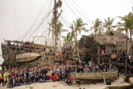 """""""Pirates of the Caribbean 5"""" cast & crew in new set photo"""