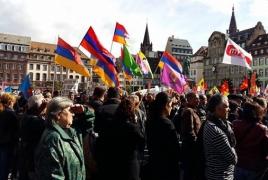Армяне, курды и алевиты провели митинг протеста перед местом встречи Эрдогана с избирателями в Страсбурге