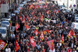 French rail workers strike as unions continue labor reforms       protest