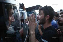 4 полицейских пострадали в столкновениях со сторонниками захвативших полк ППС в Ереване