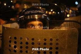Ночь на улице близ захваченного полка ППС в Ереване прошла без инцидентов
