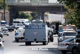 Еще двое захвативших полк ППС в Ереане ранены: Их перевезли в больницу