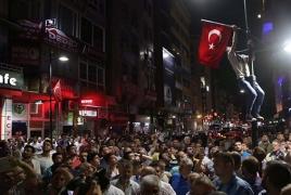 В Турции отстранены от работы еще более 15 тысяч госслужащих, закрыты 9 СМИ