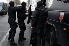 Hostages safe in Paris armed robbery, thief still at large