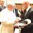 Артур Абрахам подарил боксерские перчатки Папе Франциску