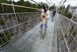 В Китае открыли самый длинный стеклянный мост в мире на высоте 200 метров