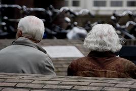 Ученые призвали молодежь не уступать место бабушкам и дедушкам