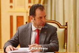Defense minister meets Vancouver's Armenian community members