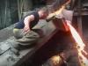 Армянский рабочий сунул руку в расплавленный металл и не обжегся
