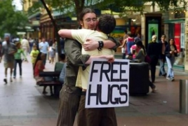Free Hugs. Երևանում անցորդներին կառաջարկեն գրկախառնվել