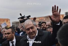 Президент Армении вышел к митингующим в Ереване