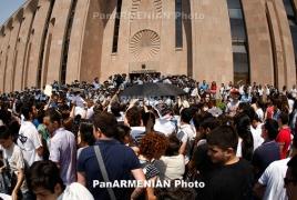 Քաղաքապետարանի մոտ ցույց են անում նաև Տարոն Մարգարյանի կողմնակիցները