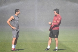 Henrikh Mkhitaryan, Unai Emery cool off under sprinklers during training