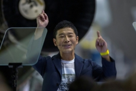 Japanese billionaire confirmed as SpaceX's 1st Moon tourist