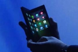 Samsung представил гибкий смартфон