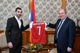 Мхитарян подарил свою футболку президенту Армении