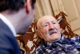 Երևանի քաղաքապետն այցելել է 108-ամյա Մաթևոսյանին, որը 77 թոռ ու ծոռ ունի