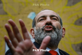 Pashinyan stops by a court in Yerevan, chats with demonstrators