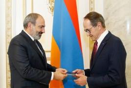 ՀՀ վարչապետը Ռենե Ռուքեին հայկական անձնագիր է հանձնել