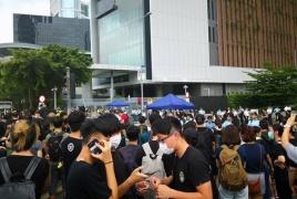 В Гонконге тысячи демонстрантов заблокировали правительственный комплекс