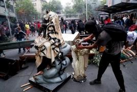 В Чили протестующие разгромили церкви и подожгли иконы