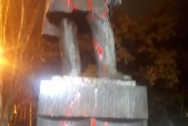 Շահեն Հարությունյանը ներկ է լցրել Գրիբոյեդովի արձանի վրա