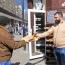 Армянин в Одессе ежедневно раздает бесплатный хлеб нуждающимся