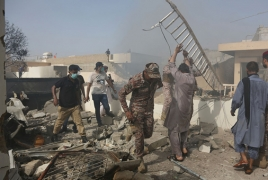 В Пакистане пассажирский самолет упал на жилой квартал: На борту было более 100 человек