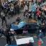 В США неизвестный въехал в толпу протестующих