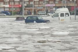 Գյումրիում անձրևից հետո մեքենաները ջրի տակ են մնացել, փողոցներին կարկուտի հաստ շերտ է
