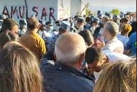 Страсти по Амулсару: У рудника столкнулись полицейские и активисты, есть задержанные