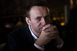 Навальный уже может вставать с кровати