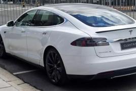 Մինչ վարորդը քնած էր, ավտոպիլոտով աշխատող Tesla-ն փախչում էր ոստիկանությունից