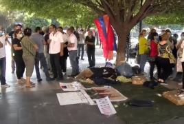 Желающие уехать из Армении в РФ уже 2 дня ночуют на площади в Ереване