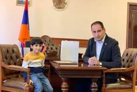 Армянский мальчик собрал $8000 для Карабаха, продавая орехи на улице
