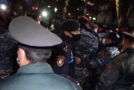 Բողոքի ցույց և քաշքշուկ՝ Բաղրամյանում․ Փաշինյանի հրաժարականը պահանջողներից ոմանց բերման են ենթարկել