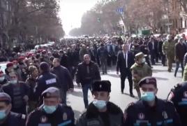 Пашинян вышел на улицу, назвал ситуацию управляемой и оценил риск столкновений