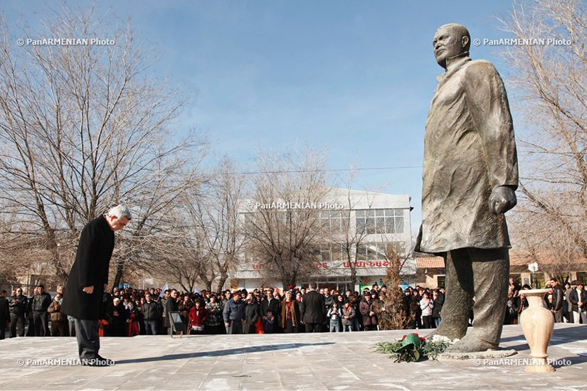 Armenian President Serzh Sargsyan at the monument of Vazgen Sargsyan