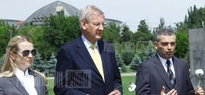 FM of Sweden Carl Bildt visits Armenian Genocide Memorial
