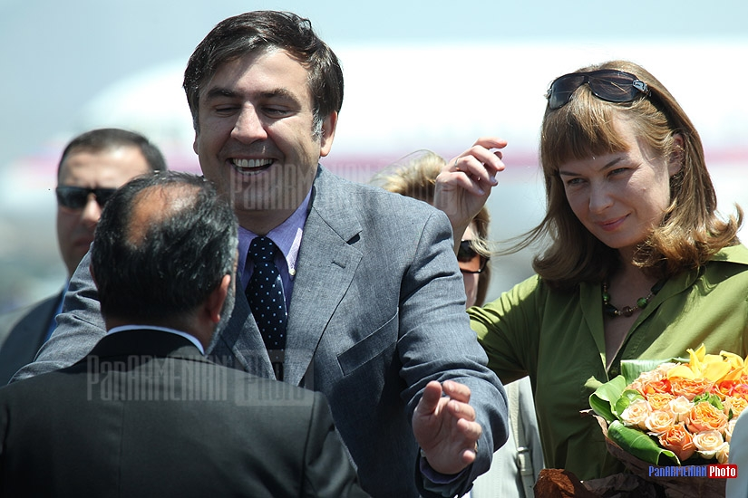 Mikheil Saakashvili and his wife at the Yerevan airport