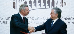 Armenian and French delegations sign agreements of cooperation at RA MFA