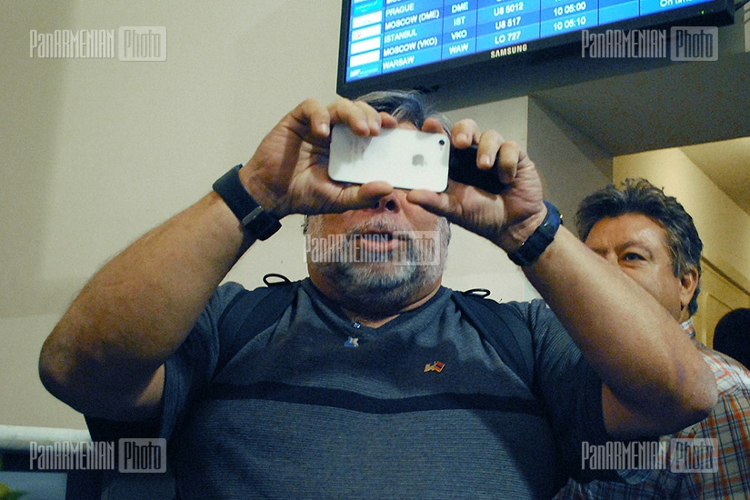 Встреча сооснователя Apple Стива Возняка в аэропорту Звартноц
