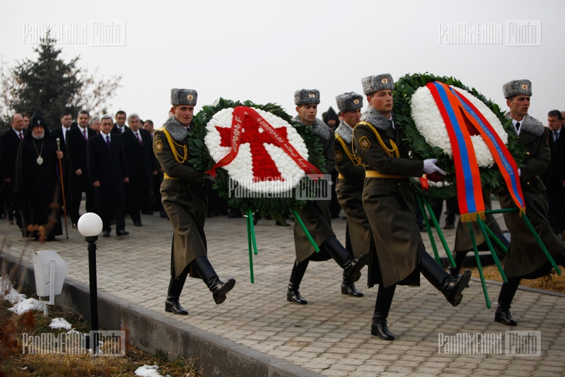 High-ranked officials of Armenia and Artsakh pay a visit to Yerablur memorial on state army's 20th anniversary