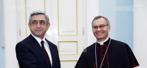 Vatican delegate Marek Solchinski hands in his credentials to RA President Serzh Sargsyan