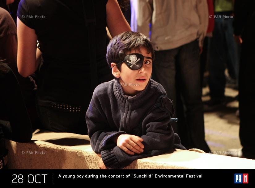 Երիտասարդ տղան «Արևորդի» էկոլոգիական փառատոնի համերգի ժամանակ