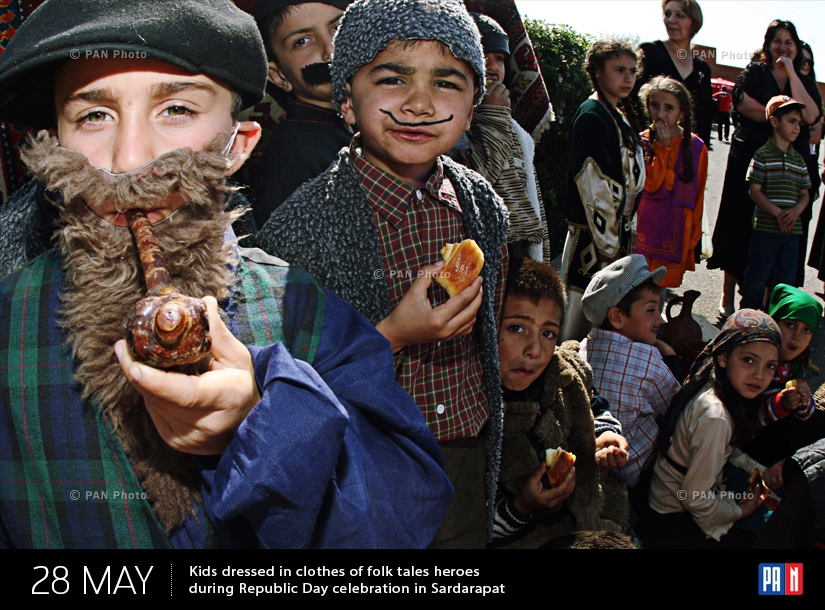 Երեխաները Սարդարապատում ՝ Հանրապետության օրվա տոնակատարության ժամանակ