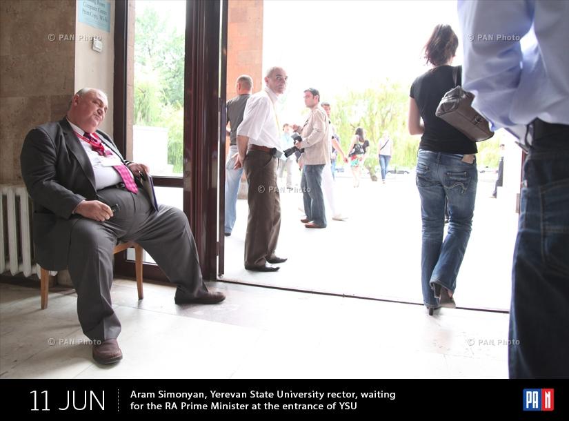 Երևանի պետական համալսարանի ռեկտոր Արամ Սիմոնյանը սպասում է ՀՀ վարչապետին ԵՊՀ-ի մուտքի մոտ